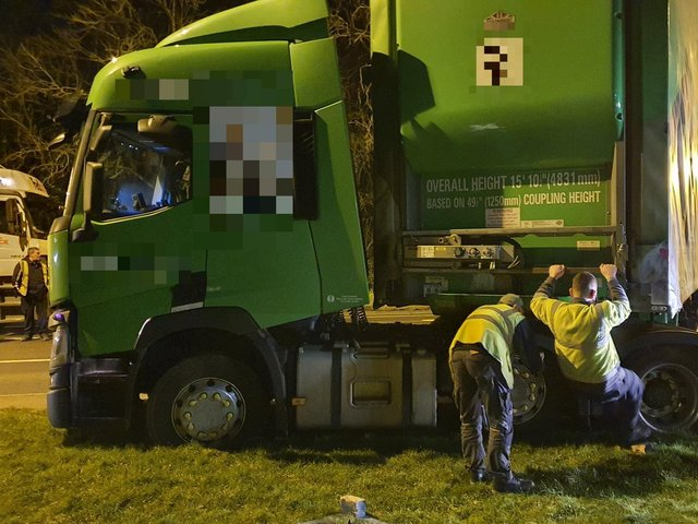 Truckers try desperately to get the stranded HGV moving again on the A5 last night. Photo: @NP_PC862